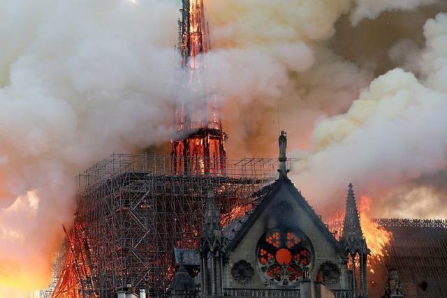 Toàn cảnh vụ cháy lớn ở Nhà thờ Đức Bà Paris, Pháp - Ảnh 1.