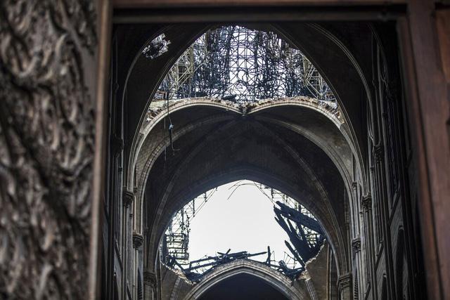 Nhà thờ Đức Bà Paris tan hoang sau vụ cháy kinh hoàng, có thể mất nhiều năm mới phục dựng xong - Ảnh 4.