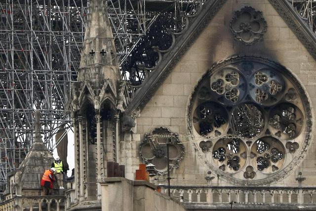 Nhà thờ Đức Bà Paris tan hoang sau vụ cháy kinh hoàng, có thể mất nhiều năm mới phục dựng xong - Ảnh 2.