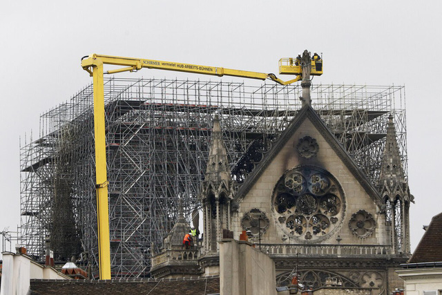 Nhà thờ Đức Bà Paris tan hoang sau vụ cháy kinh hoàng, có thể mất nhiều năm mới phục dựng xong - Ảnh 5.