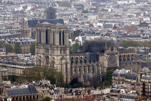 Nhà thờ Đức Bà Paris tan hoang sau vụ cháy kinh hoàng, có thể mất nhiều năm mới phục dựng xong - Ảnh 7.
