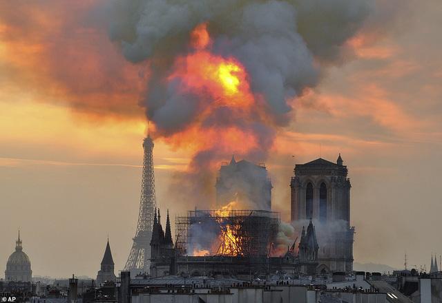 Nhà thờ Đức Bà Paris tan hoang sau vụ cháy kinh hoàng, có thể mất nhiều năm mới phục dựng xong - Ảnh 9.