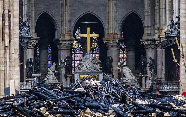 Nhà thờ Đức Bà Paris tan hoang sau vụ cháy kinh hoàng, có thể mất nhiều năm mới phục dựng xong - Ảnh 3.