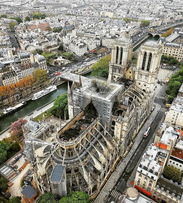 Nhà thờ Đức Bà Paris tan hoang sau vụ cháy kinh hoàng, có thể mất nhiều năm mới phục dựng xong - Ảnh 1.