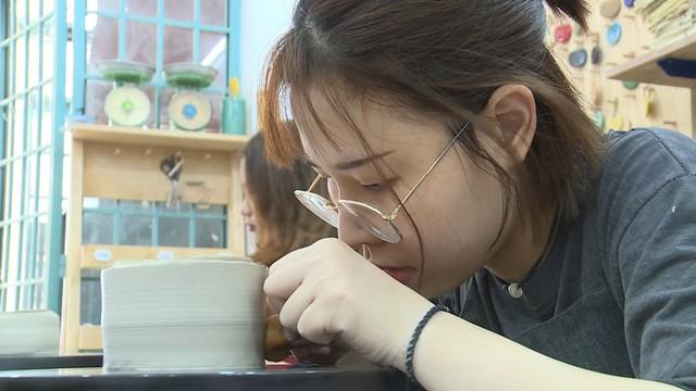 Thư giãn với lớp học làm gốm Bát Tràng tại TP Hồ Chí Minh - Ảnh 2.