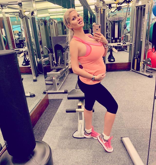 Người phụ nữ có vòng eo nhỏ nhất thế giới gây sốc với vóc dáng sau khi sinh - Ảnh 1.