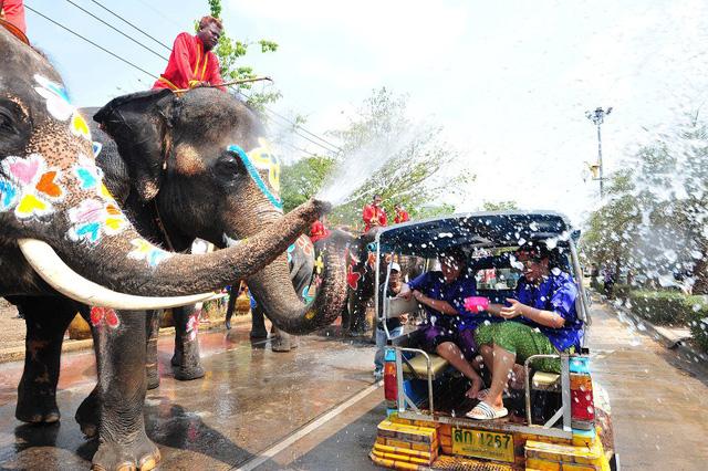Hàng nghìn khách du lịch tham gia ngày hội té nước lớn nhất Thái Lan - Ảnh 2.