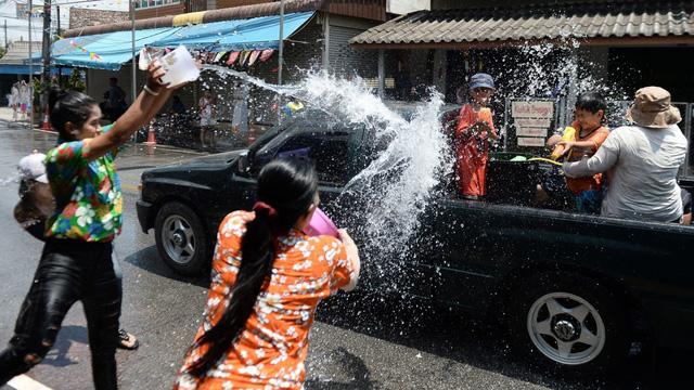 Hàng nghìn khách du lịch tham gia ngày hội té nước lớn nhất Thái Lan - Ảnh 3.
