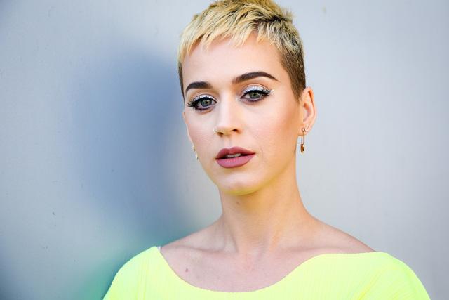 Chán tóc ngắn, Katy Perry trở lại với mái tóc dài quyến rũ - Ảnh 2.