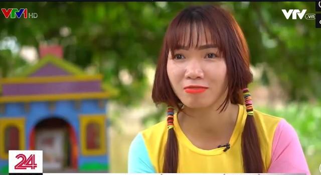 Cô gái trẻ đạp xe xuyên Việt nhặt rác - Ảnh 1.