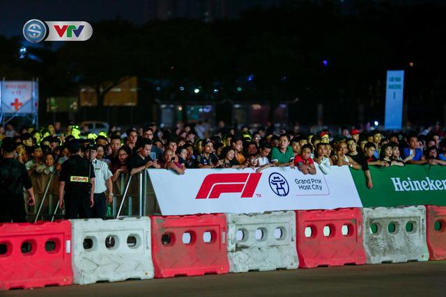ẢNH: Màn biểu diễn đua xe F1 mãn nhãn của David Coulthard trên đường phố Hà Nội - Ảnh 1.