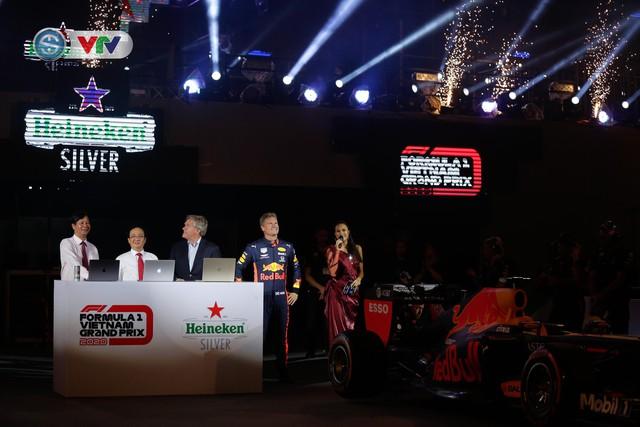 ẢNH: Màn biểu diễn đua xe F1 mãn nhãn của David Coulthard trên đường phố Hà Nội - Ảnh 2.