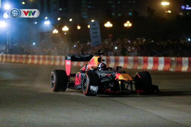 ẢNH: Màn biểu diễn đua xe F1 mãn nhãn của David Coulthard trên đường phố Hà Nội - Ảnh 5.