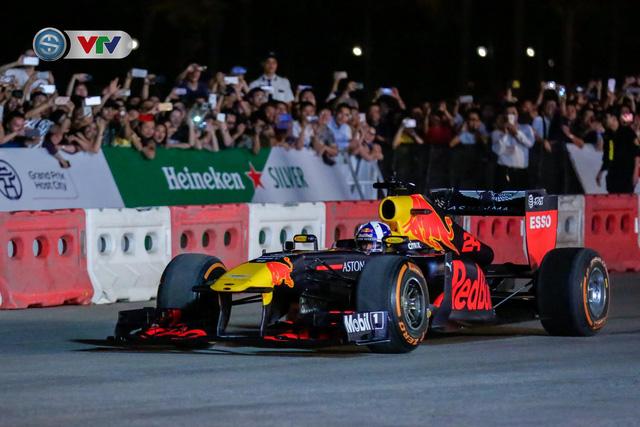ẢNH: Màn biểu diễn đua xe F1 mãn nhãn của David Coulthard trên đường phố Hà Nội - Ảnh 4.