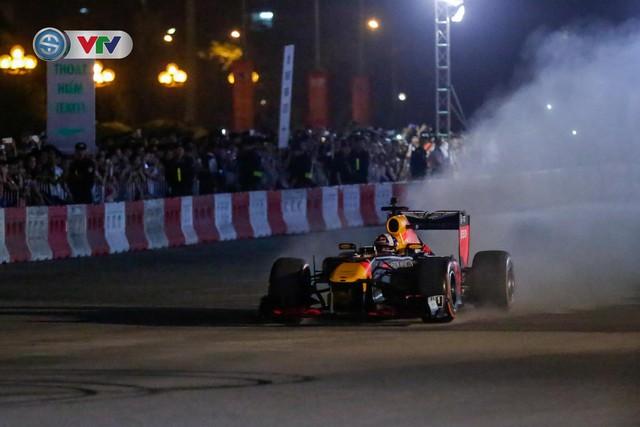 ẢNH: Màn biểu diễn đua xe F1 mãn nhãn của David Coulthard trên đường phố Hà Nội - Ảnh 6.
