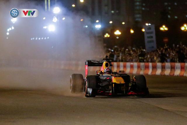 ẢNH: Màn biểu diễn đua xe F1 mãn nhãn của David Coulthard trên đường phố Hà Nội - Ảnh 7.
