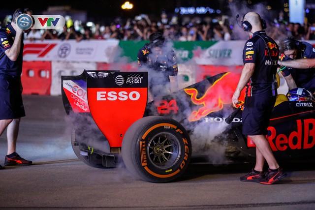 ẢNH: Màn biểu diễn đua xe F1 mãn nhãn của David Coulthard trên đường phố Hà Nội - Ảnh 8.