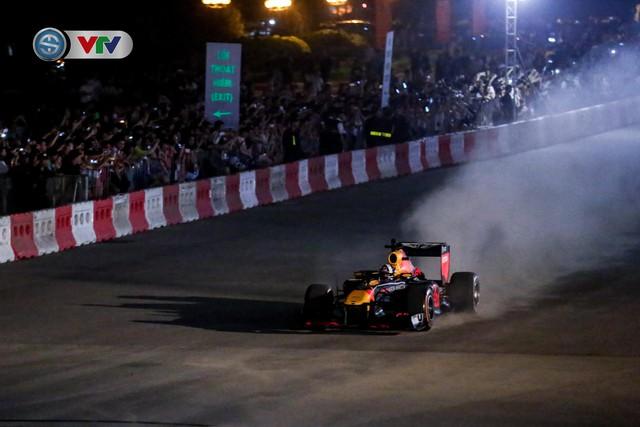ẢNH: Màn biểu diễn đua xe F1 mãn nhãn của David Coulthard trên đường phố Hà Nội - Ảnh 9.