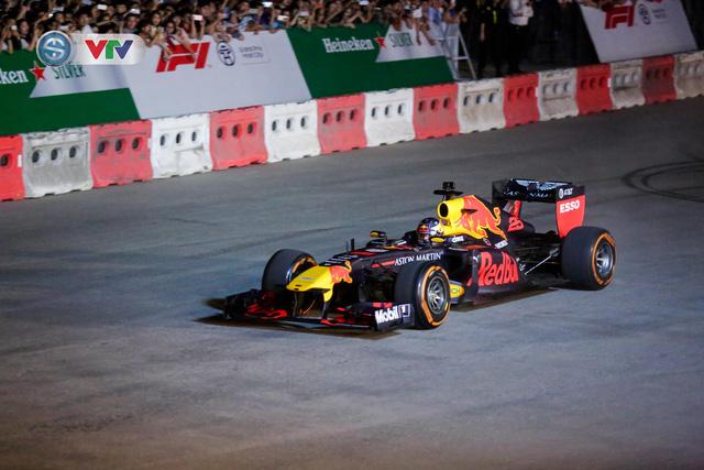 ẢNH: Màn biểu diễn đua xe F1 mãn nhãn của David Coulthard trên đường phố Hà Nội - Ảnh 10.