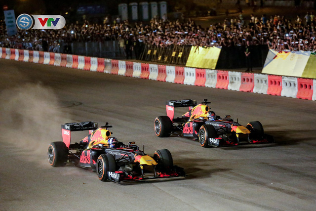 ẢNH: Màn biểu diễn đua xe F1 mãn nhãn của David Coulthard trên đường phố Hà Nội - Ảnh 11.