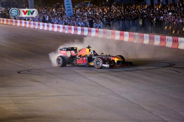 ẢNH: Màn biểu diễn đua xe F1 mãn nhãn của David Coulthard trên đường phố Hà Nội - Ảnh 12.