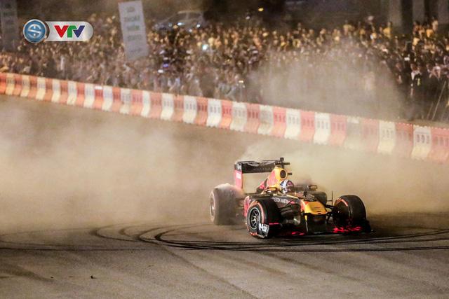 ẢNH: Màn biểu diễn đua xe F1 mãn nhãn của David Coulthard trên đường phố Hà Nội - Ảnh 13.