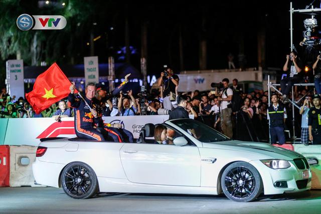 ẢNH: Màn biểu diễn đua xe F1 mãn nhãn của David Coulthard trên đường phố Hà Nội - Ảnh 14.