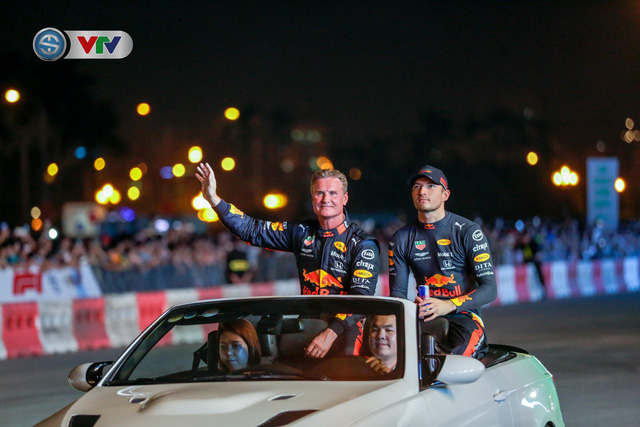 ẢNH: Màn biểu diễn đua xe F1 mãn nhãn của David Coulthard trên đường phố Hà Nội - Ảnh 15.