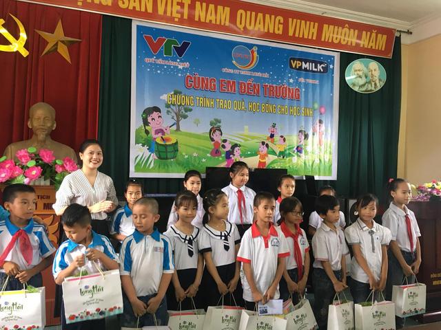 Trao tặng 20 suất học bổng và 1.140 suất quà đến với học sinh nghèo vượt khó tỉnh Hải Dương - Ảnh 1.