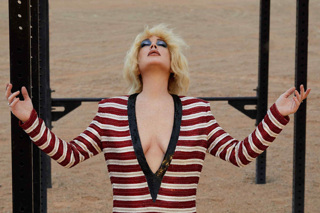 Lindsay Lohan đầy khác lạ trên Slimi tháng 4 - Ảnh 4.