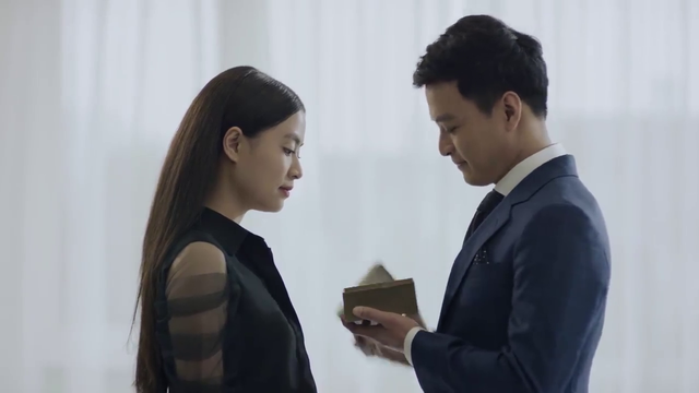 Mê cung - Tập 1: Háo hức trong ngày kỷ niệm tình yêu, Lam Anh (Hoàng Thùy Linh) lại bị bạn trai Khánh (Hồng Đăng) cho leo cây - Ảnh 2.