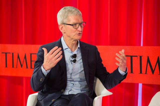 CEO Apple Tim Cook: Hãy đặt iPhone của bạn xuống! - Ảnh 1.