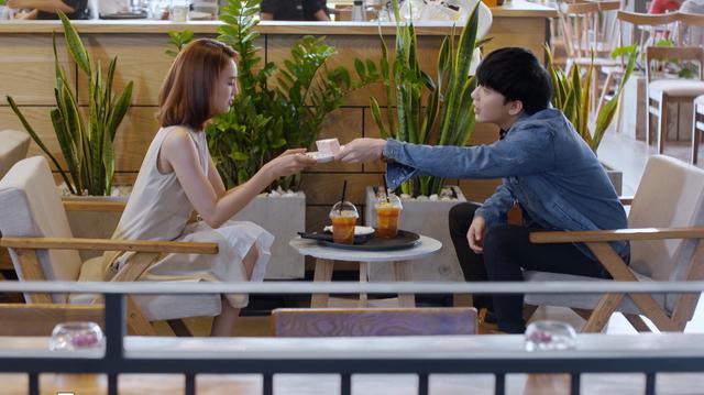 Mối tình đầu của tôi - Tập 53: Trong khi An Chi - Nam Phong trao nhau nụ hôn ngọt ngào, Minh Huy cô đơn dưới mưa - Ảnh 1.