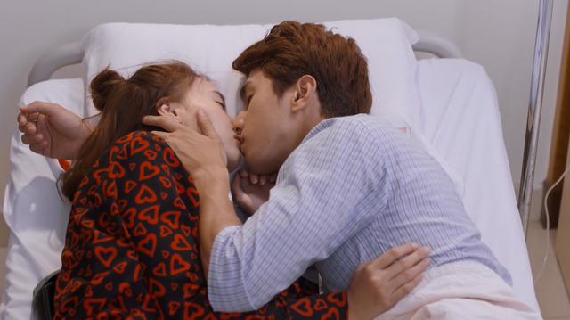 Mối tình đầu của tôi - Tập 53: Trong khi An Chi - Nam Phong trao nhau nụ hôn ngọt ngào, Minh Huy cô đơn dưới mưa - Ảnh 12.
