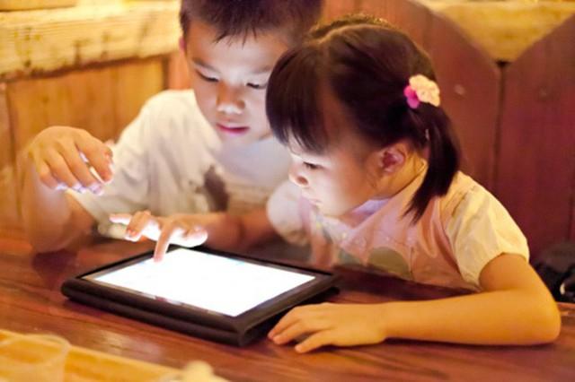 Thời gian hợp lý để trẻ dưới 5 tuổi tiếp xúc với thiết bị điện tử - Ảnh 1.