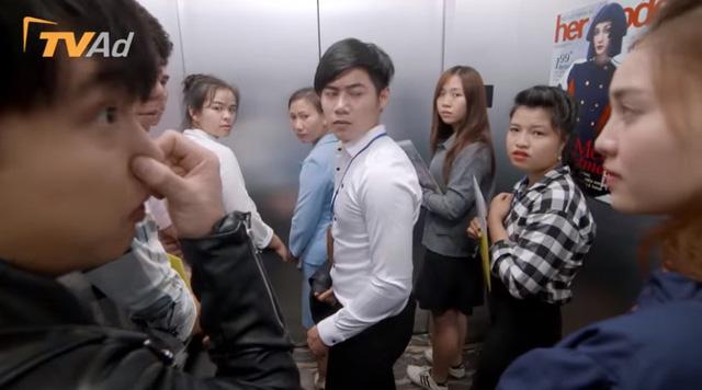 Mối tình đầu của tôi - Tập 54: An Chi muối mặt vì bị Minh Huy vu oan xì hơi trong thang máy - Ảnh 1.