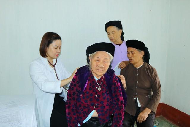 Khám tầm soát bệnh hô hấp và cấp phát thuốc miễn phí tại Vĩnh Phúc - Ảnh 2.