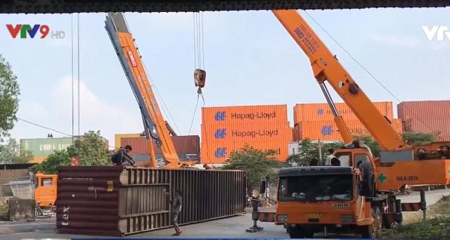 Xe chạy vào đường cấm, thùng container lật nhào dưới gầm cầu Đồng Nai - Ảnh 4.
