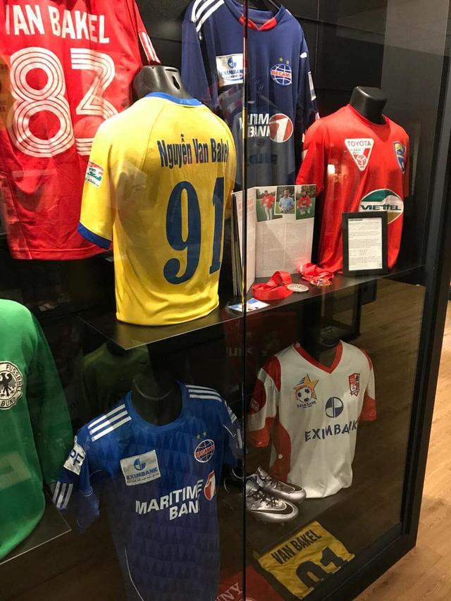 Cựu sao CLB Thanh Hóa tặng áo V.League cho bảo tàng ở Hà Lan - Ảnh 1.