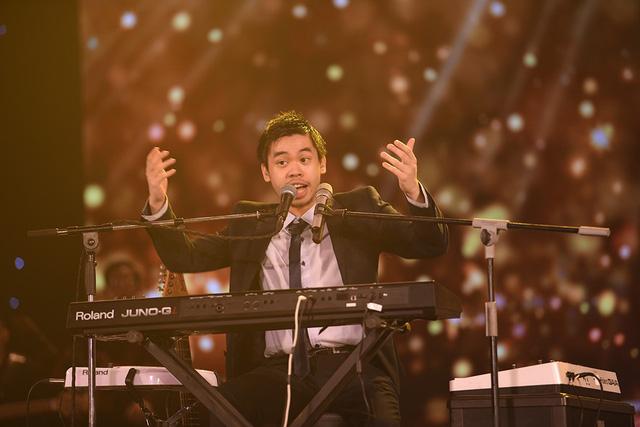 Chàng trai gốc Việt gây sốt trên mạng xã hội khi mang cả phòng thu lên sân khấu Gala Sao Mai 2019 - Ảnh 1.