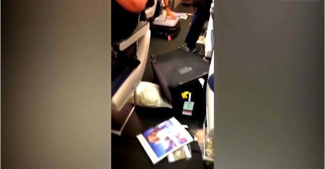 Anh: Máy bay đi vào vùng nhiễu động, hành khách hoảng loạn - Ảnh 1.