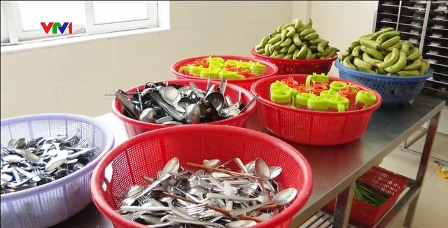 Xử phạt 90 triệu đồng cơ sở cung cấp thức ăn khiến 32 công nhân bị ngộ độc - Ảnh 1.
