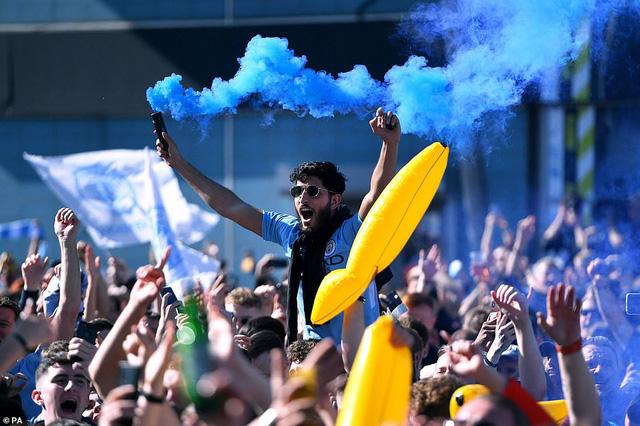 ẢNH: Khoảnh khắc ấn tượng trong ngày Man City đăng quang Ngoại hạng Anh - Ảnh 3.