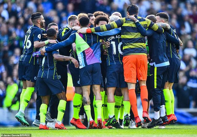 ẢNH: Khoảnh khắc ấn tượng trong ngày Man City đăng quang Ngoại hạng Anh - Ảnh 4.