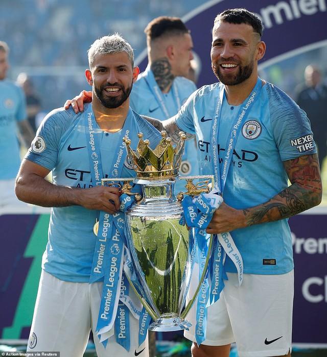 ẢNH: Khoảnh khắc ấn tượng trong ngày Man City đăng quang Ngoại hạng Anh - Ảnh 8.