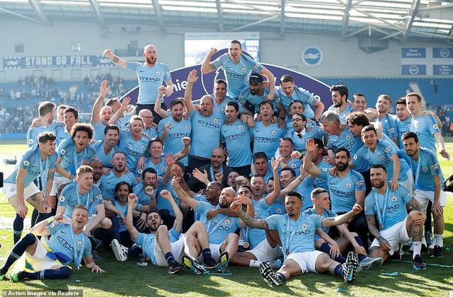 ẢNH: Khoảnh khắc ấn tượng trong ngày Man City đăng quang Ngoại hạng Anh - Ảnh 7.