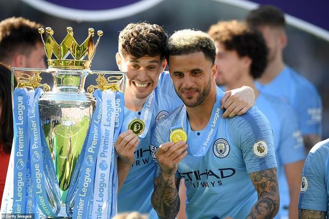 ẢNH: Khoảnh khắc ấn tượng trong ngày Man City đăng quang Ngoại hạng Anh - Ảnh 6.