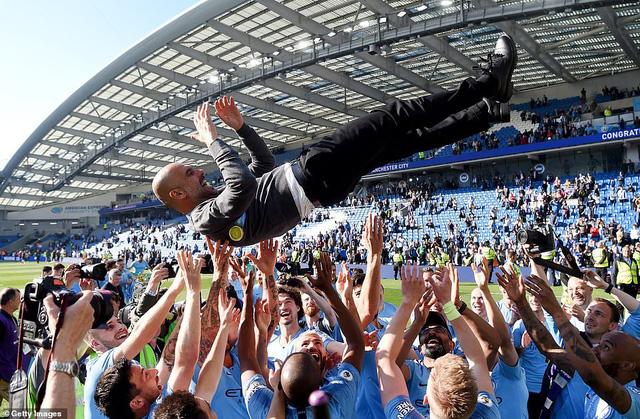 ẢNH: Khoảnh khắc ấn tượng trong ngày Man City đăng quang Ngoại hạng Anh - Ảnh 5.