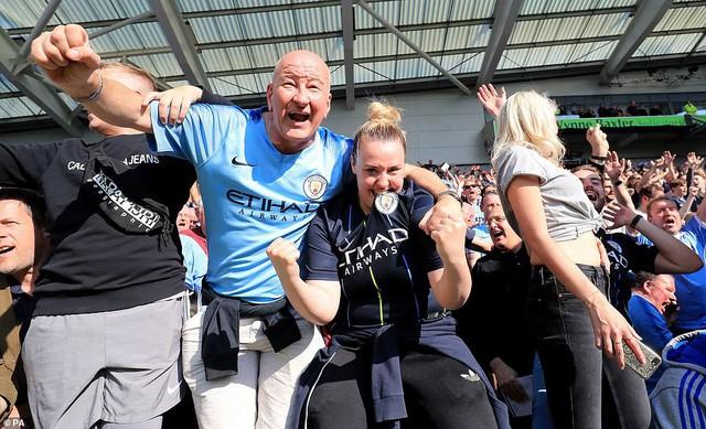 ẢNH: Khoảnh khắc ấn tượng trong ngày Man City đăng quang Ngoại hạng Anh - Ảnh 2.