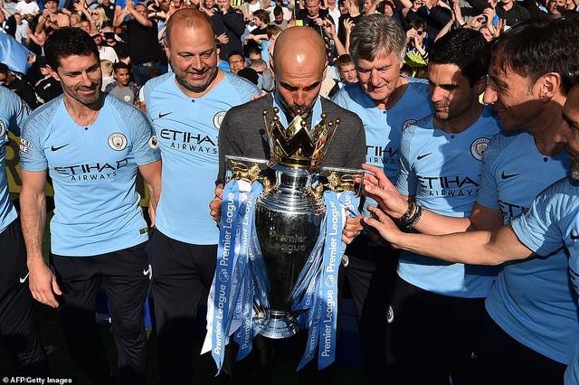 ẢNH: Khoảnh khắc ấn tượng trong ngày Man City đăng quang Ngoại hạng Anh - Ảnh 9.